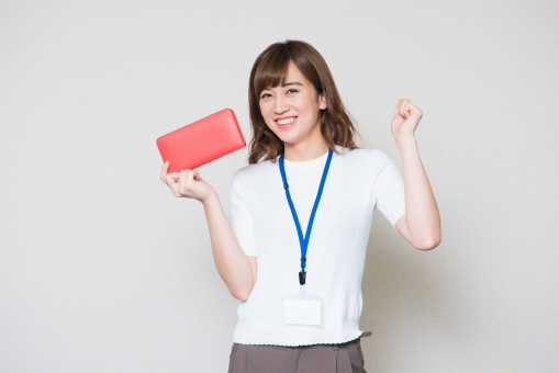 財布をもつ女性
