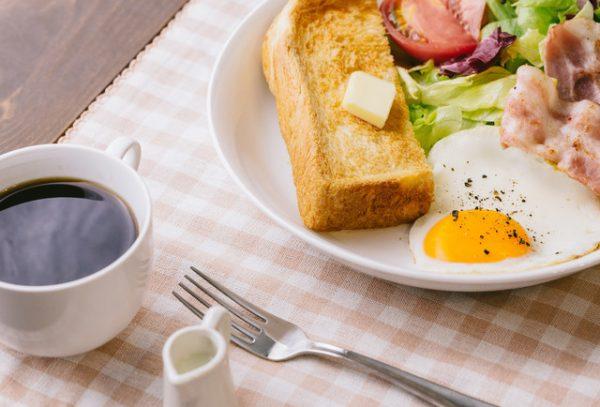 朝ごはんは食べないとダメ?朝食を食べる人vs食べない人【健康情報に惑わされない】