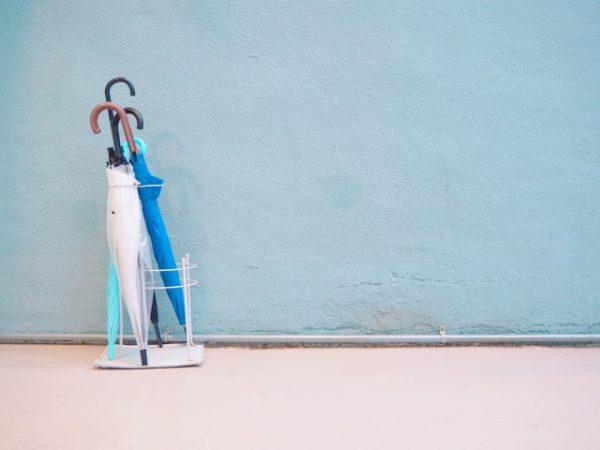 【傘立ての風水】傘は玄関のどこにしまうのがベスト?実はNGな傘の置き場所