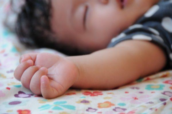 【寝る方角・場所】風水術で赤ちゃんの寝つきが改善!我が家でも効果あり。